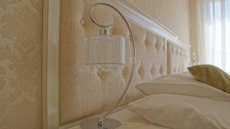 Lampe de chevet dans une chambre d'hôtel photos libres de droits