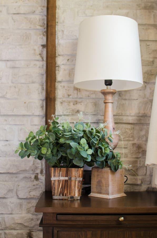 Lampe de chevet et plante verte dans la chambre à coucher images stock