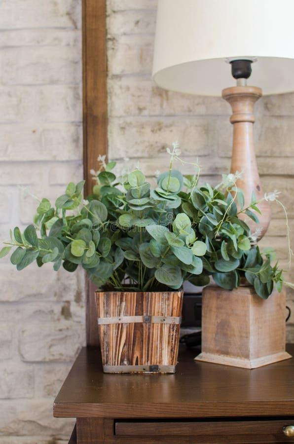 Lampe de chevet et plante verte dans la chambre à coucher photo libre de droits