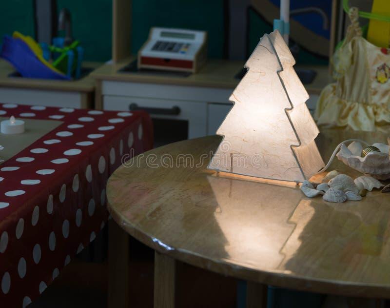 Lampe de forme d'arbre de Noël sur la table en bois images libres de droits