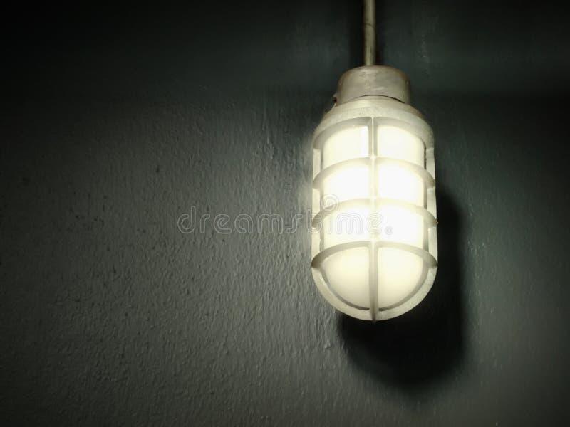 Lampe de gris en acier sur le mur images stock