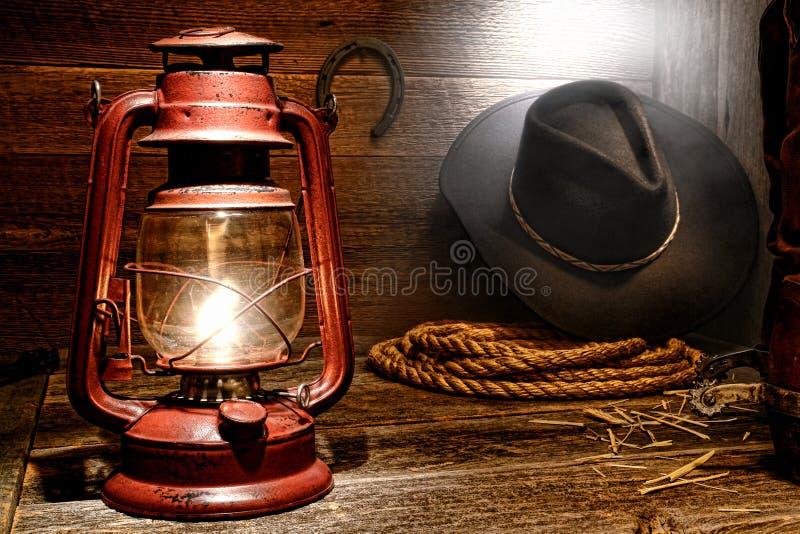 Lampe de kérosène dans la grange occidentale américaine de cowboy de rodéo photographie stock libre de droits