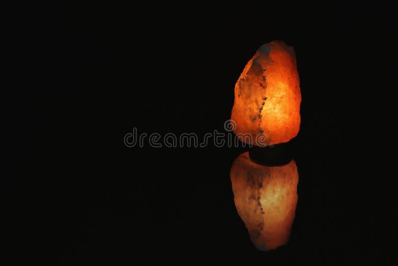 Lampe de l'Himalaya de sel sur le fond noir images stock