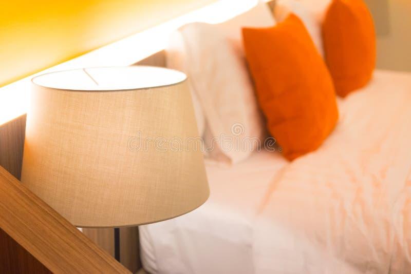 Lampe de lecture sur la table de chevet photos libres de droits