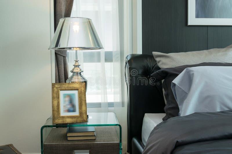Lampe de luxe sur la table de chevet photo stock