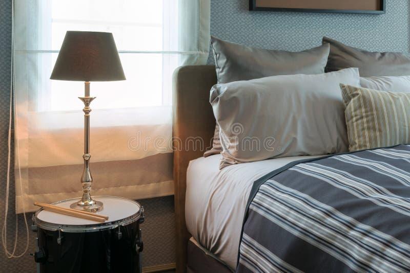 Lampe de luxe sur la table de chevet dans la chambre à coucher élégante image stock