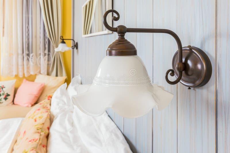Lampe de mur de vintage dans la salle de lit photo libre de droits