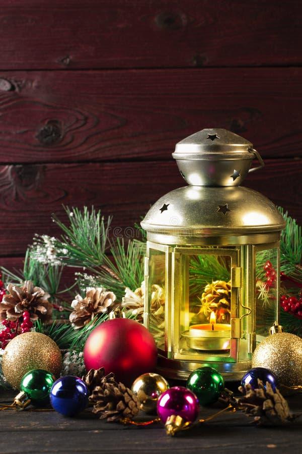 Lampe de Noël sur la table en bois image stock