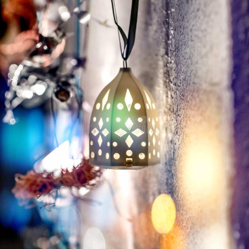 Lampe de Noël sur le fond brouillé photographie stock libre de droits