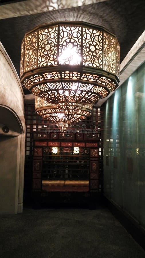 Lampe de plafond dans la nuit foncée photos libres de droits