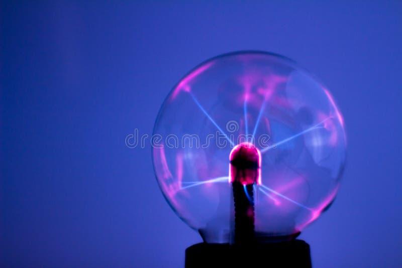 Lampe de plasma sur le fond neutre Boule de cristal avec l'électricité et la lumière photo stock