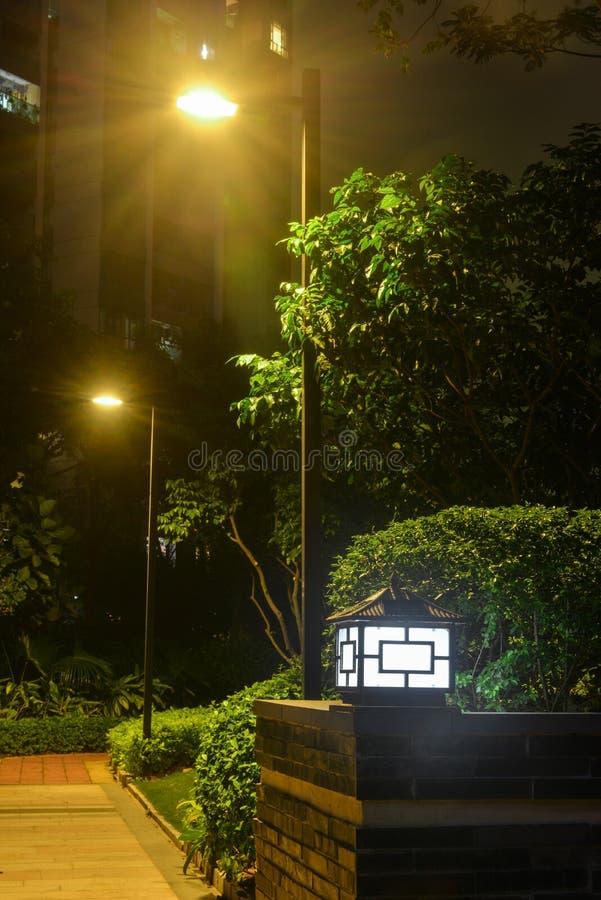 Lampe de poteau menée solaire de lampe de paysage de jardin de lumière de pelouse photographie stock libre de droits