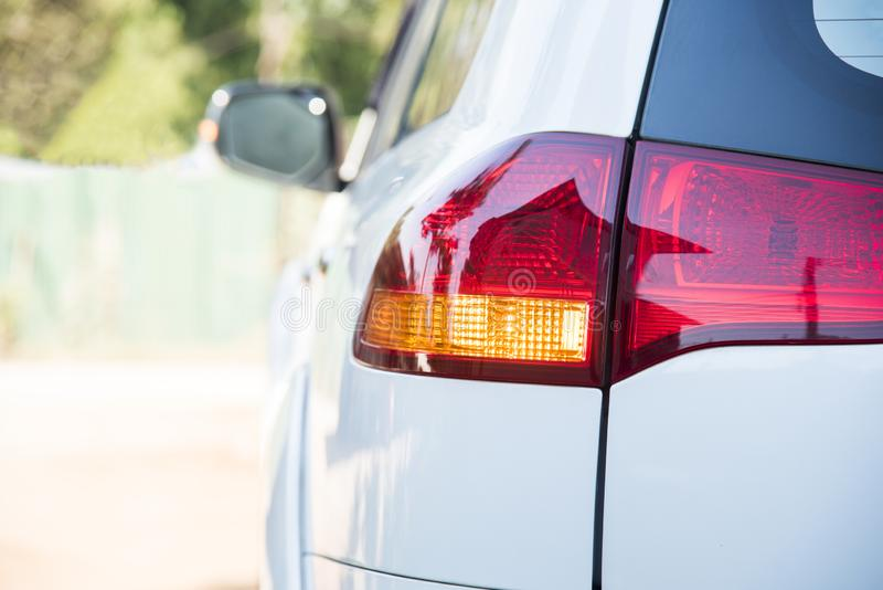 Lampe de queue de la voiture clignotant léger orange avant véhicule de tour à la direction gauche concept safty d'entraînement sa image libre de droits