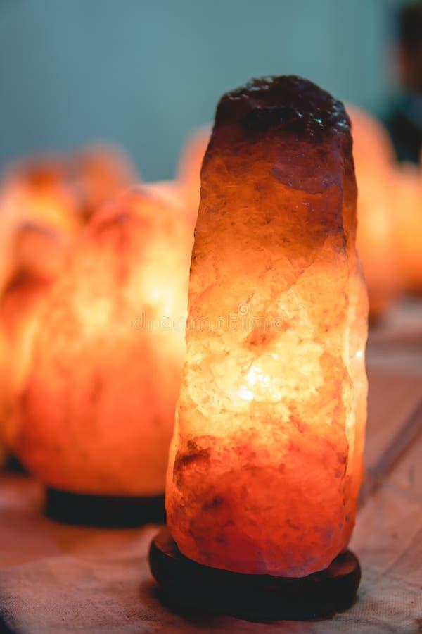 Lampe de sel de lueur, fond en bois de cru foncé, vertical photographie stock libre de droits