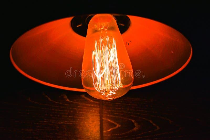 Lampe de style edison rouge sur un mur photographie stock