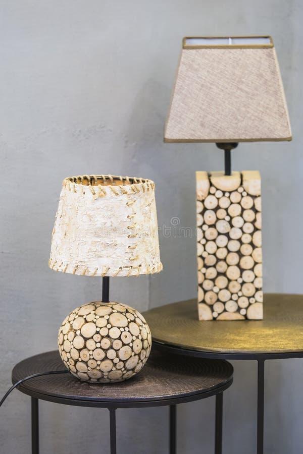 Lampe de table en bois, une lampe faite en sapin en bois et écorce de bouleau Lampe en bois originale moderne image libre de droits