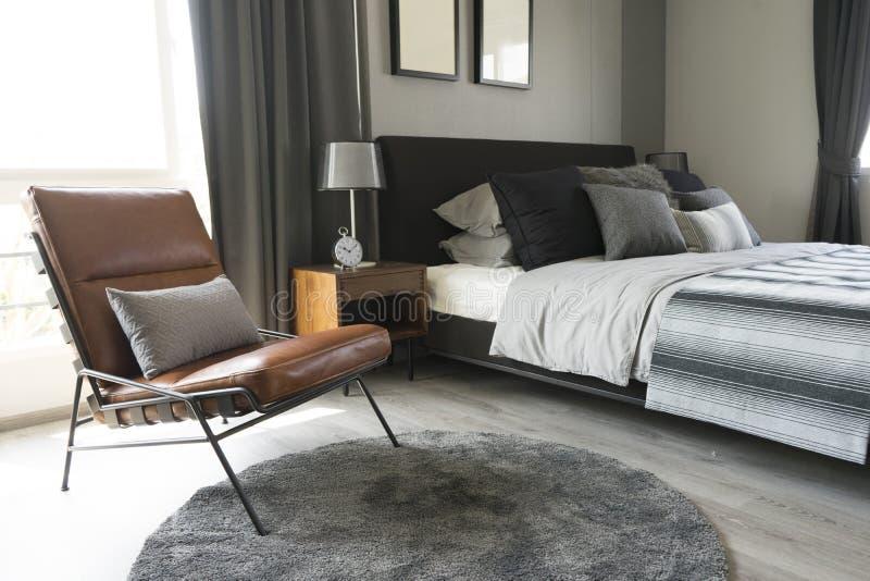 Lampe de table noire avec le style gris de literie image libre de droits