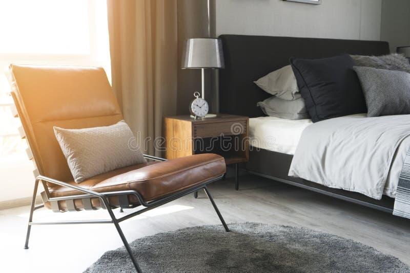 Lampe de table noire avec le style gris de literie image stock