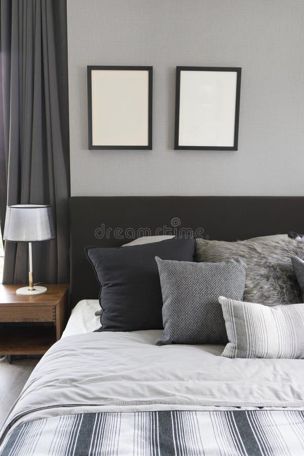 Lampe de table noire avec le style gris de literie photos libres de droits