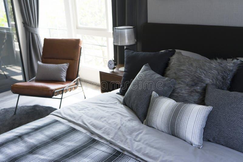 Lampe de table noire avec le style gris de literie images libres de droits