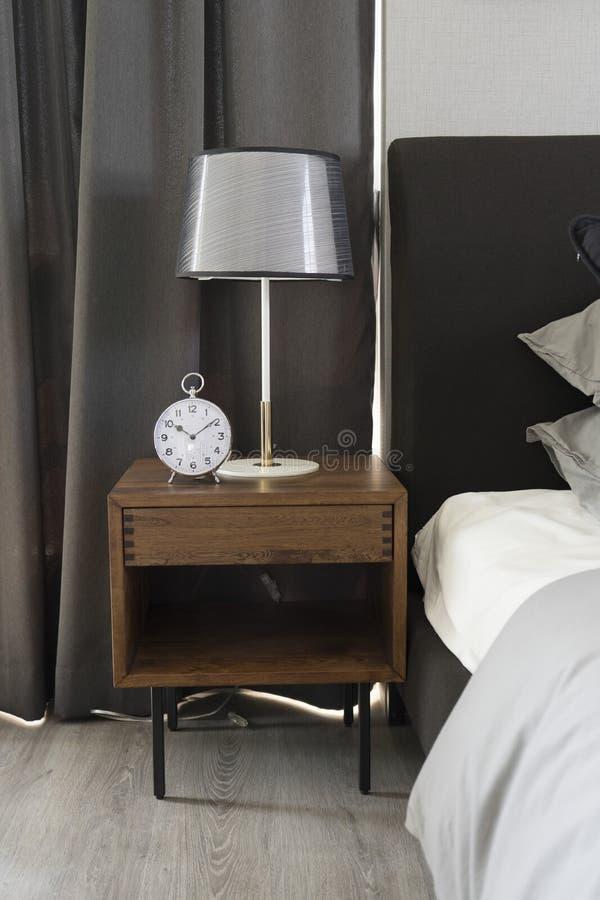 Lampe de table noire avec le style gris de literie images stock