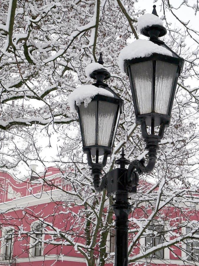 Lampe de ville sous la protection de neige, hiver froid photo stock
