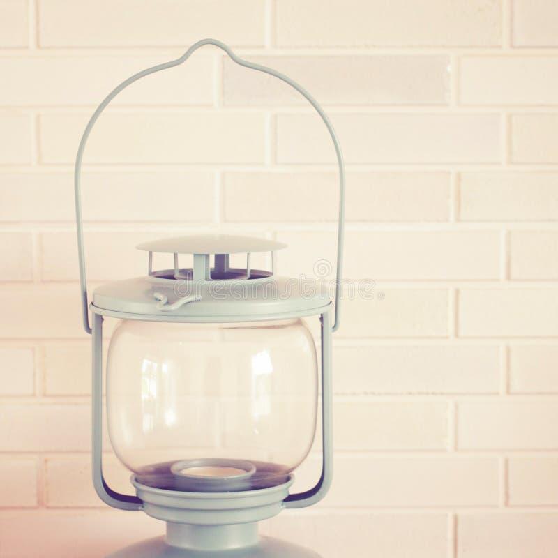 Lampe de vintage sur le mur de briques, rétro effet de filtre photos stock