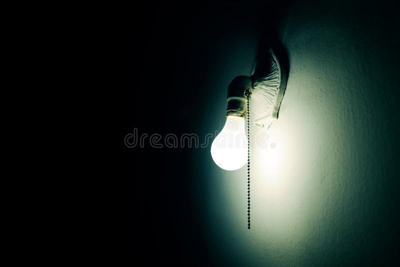 Lampe in der Dunkelheit lizenzfreies stockbild