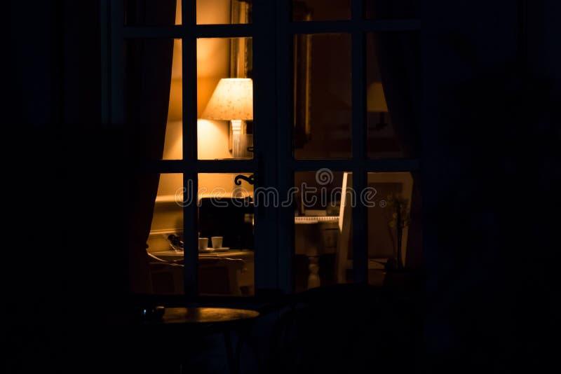 Lampe in der Dunkelheit lizenzfreie stockfotografie