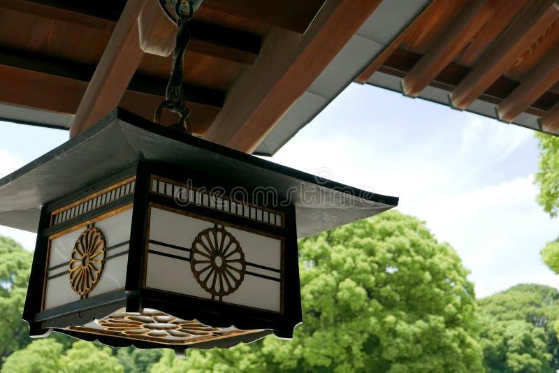 Lampe en bois de temple du Japon avec le ciel et l'arbre vert photo libre de droits
