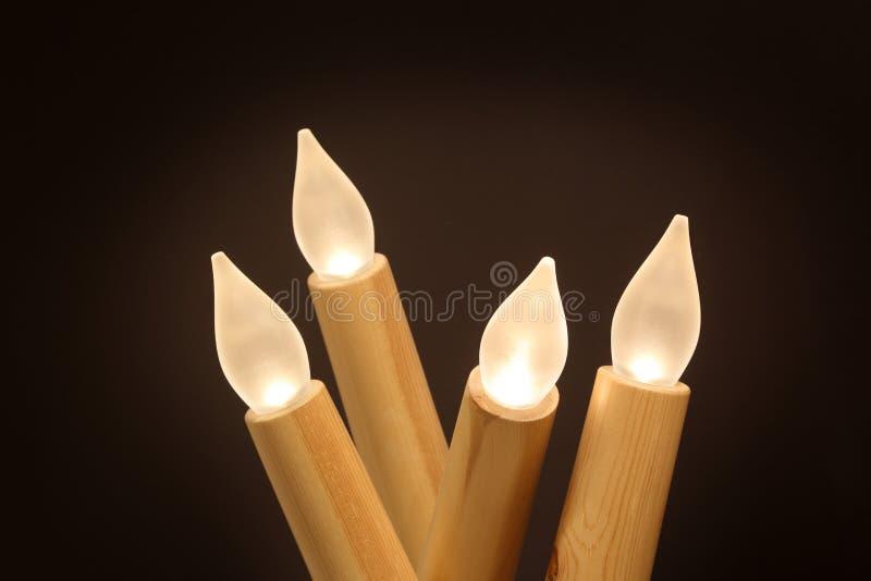 Lampe en bois pour le décor à la maison d'isolement avec le fond noir image libre de droits