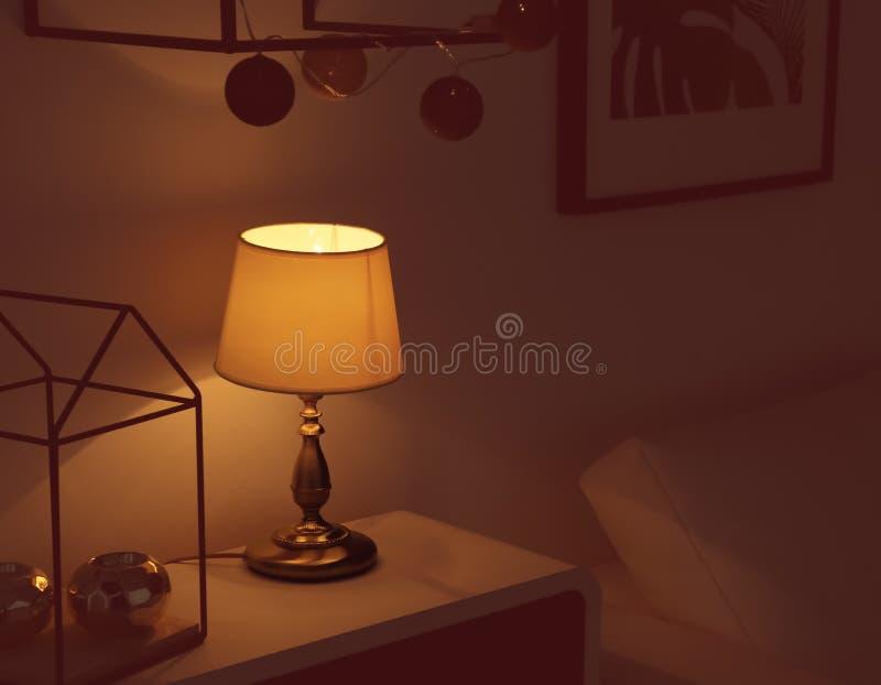 Lampe et bougeoirs élégants images stock