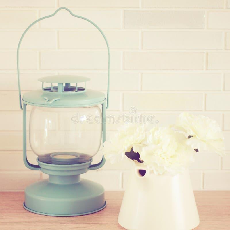 Lampe et fleur de vintage images stock