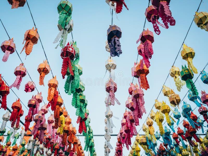 Lampe et lanterne colorées dans Loi Krathong Wat Phra That Haripunc image libre de droits