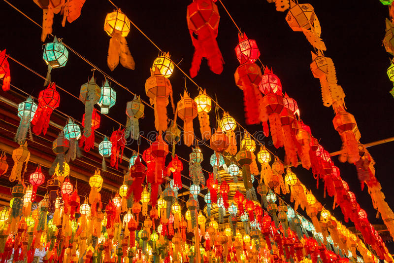 Lampe et lanterne colorées dans Loi Krathong Wat Phra That Haripunc photos stock