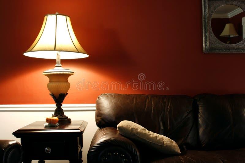 Lampe et le divan photo stock