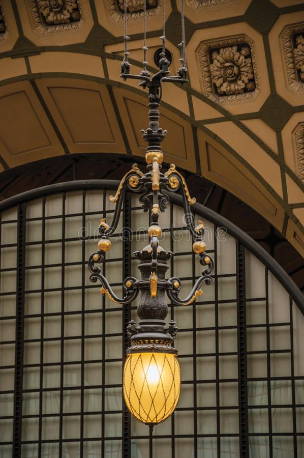 Lampe et plafond au hall principal du musée d'Orsay de ` de Quai d à Paris photos stock