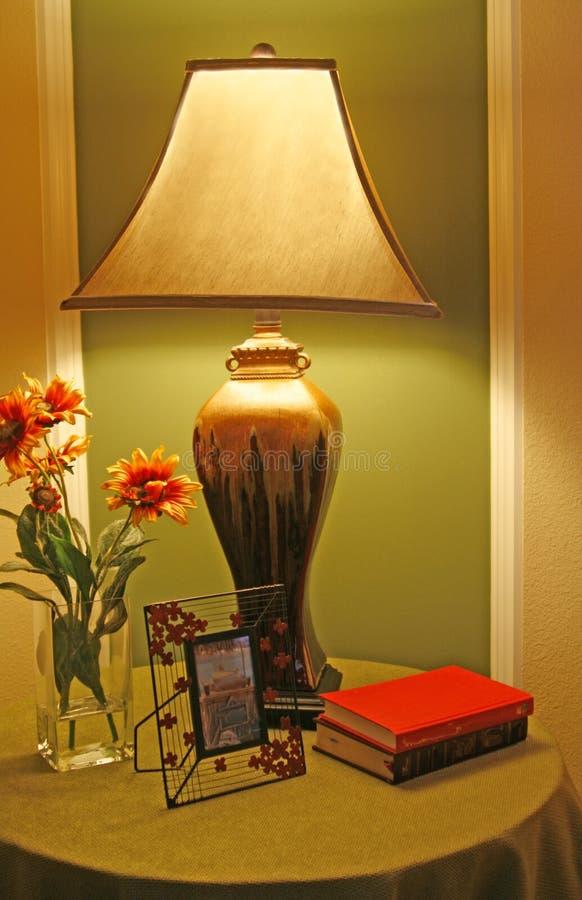 Lampe exceptionnelle sur le stand de nuit photos libres de droits