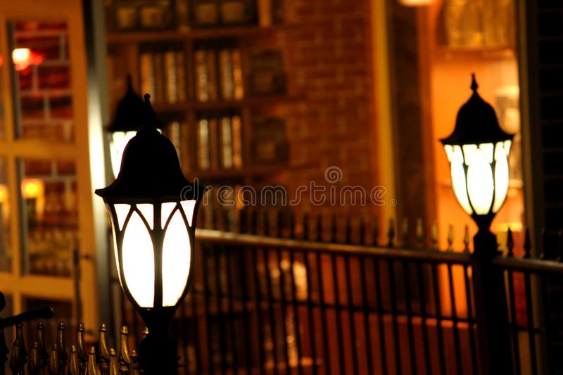 Lampe extérieure devant le magasin photographie stock