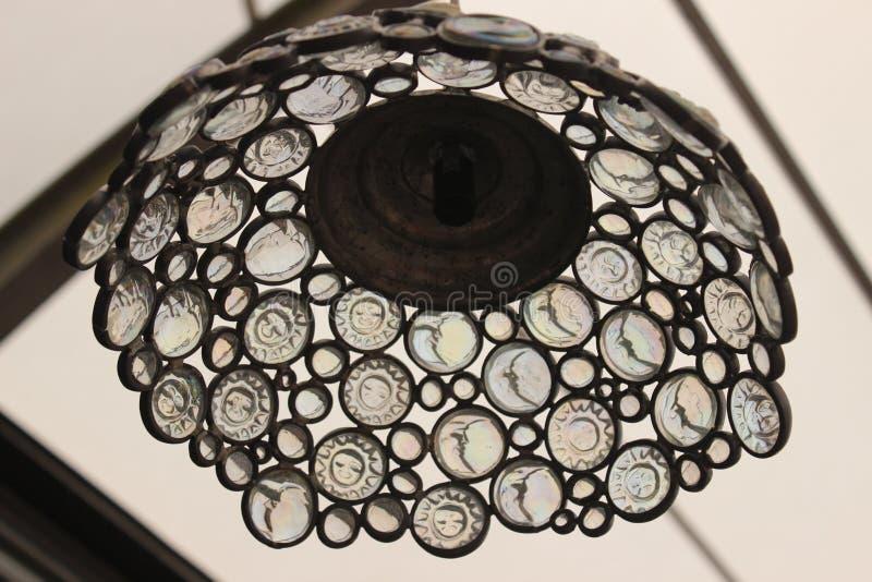 Lampe für das Dach verbleit mit Glasedelsteinen der Sonne und des Mondes stockfotos