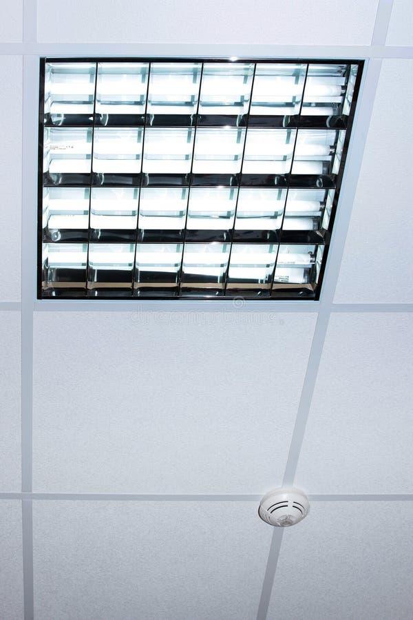 Lampe fluorescente sur le plafond moderne de bureau photos for Fond plafond moderne