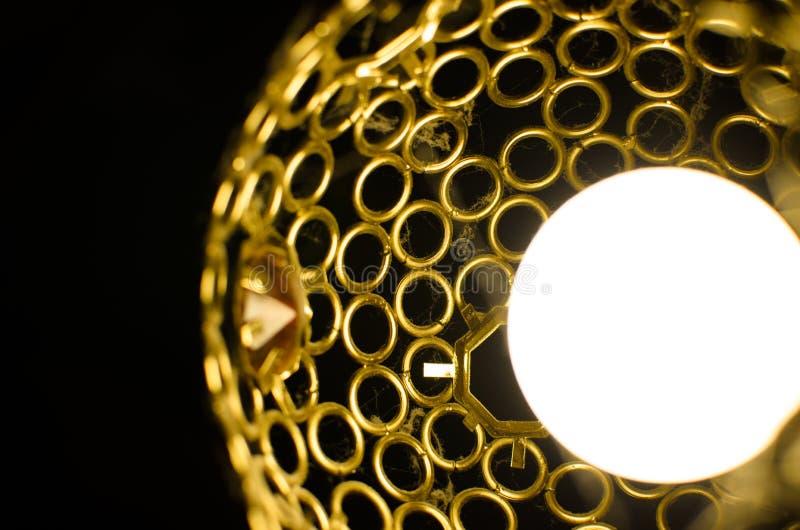Lampe fonctionnante près des toiles d'araignée et des barres de fer de la poussière photographie stock