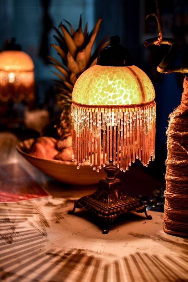 Lampe, fruits et un bouteille-vase photo libre de droits