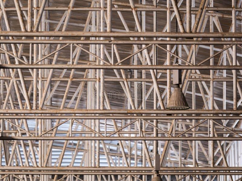 Lampe im Stahldachstuhl-Komplex stockbild