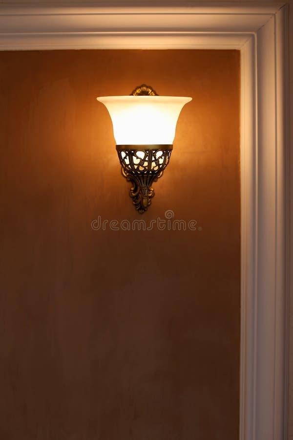 Lampe incluse accrochant sur le mur photographie stock