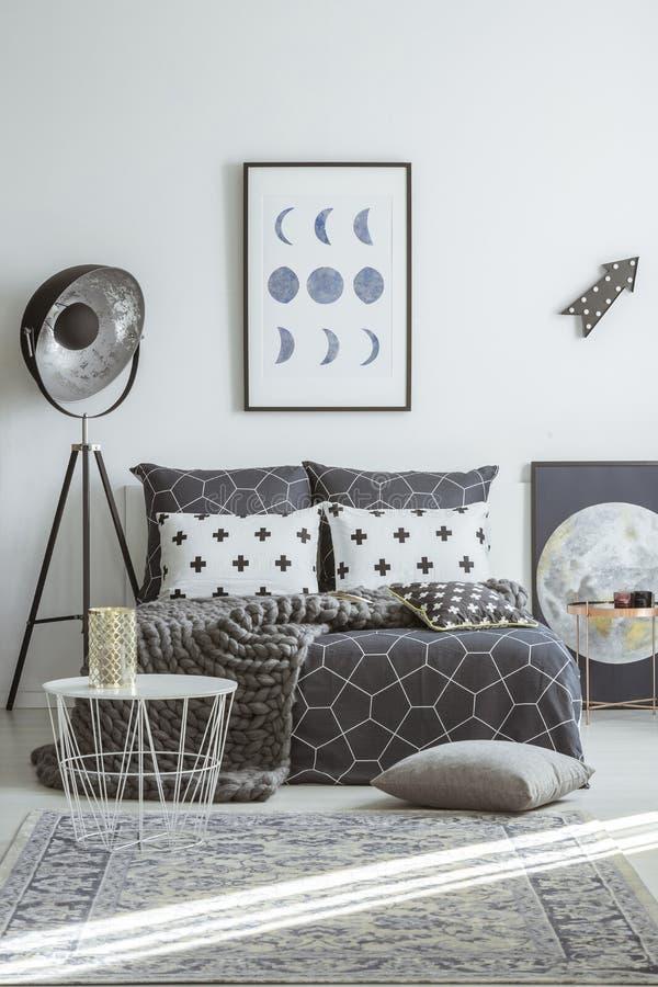 Lampe industrielle dans l'intérieur de chambre à coucher photographie stock