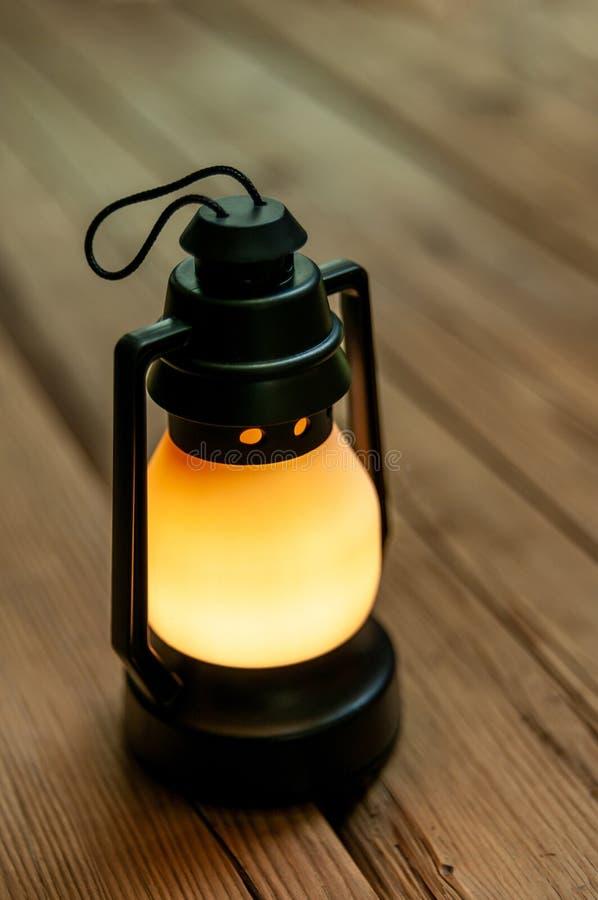 Lampe légère IKEA, plastique noir sur une table en bois photographie stock libre de droits