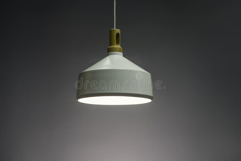 Lampe légère pendante moderne illuminée, lustre élégant illuminé image libre de droits