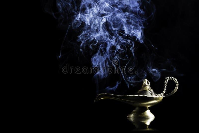 Lampe magique de l'histoire d'Aladdin avec des génies apparaissant dans le concept bleu de fumée pour le souhait, la chance et la images stock