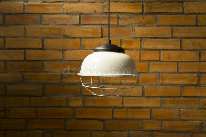 Lampe mit birck Wand - Weinlesehaus lizenzfreie stockbilder